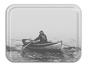 Bricka med motiv, fiskeroddare. Grå. Tillverkad av FSC-certifierad björk. 27 x 20 cm. Tåler maskindisk. Finns hos Magasin 11.