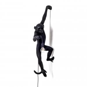 Monkey Lamp. En klättrande apa som håller i sladd o. lampa. Supercool! Lampan finns hos Magasin 11.