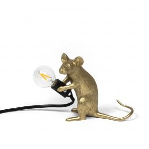 Lampa i form av en guldfärgad mus som håller lampan i sina tassar. Finns att köpa online hos Magasin 11.